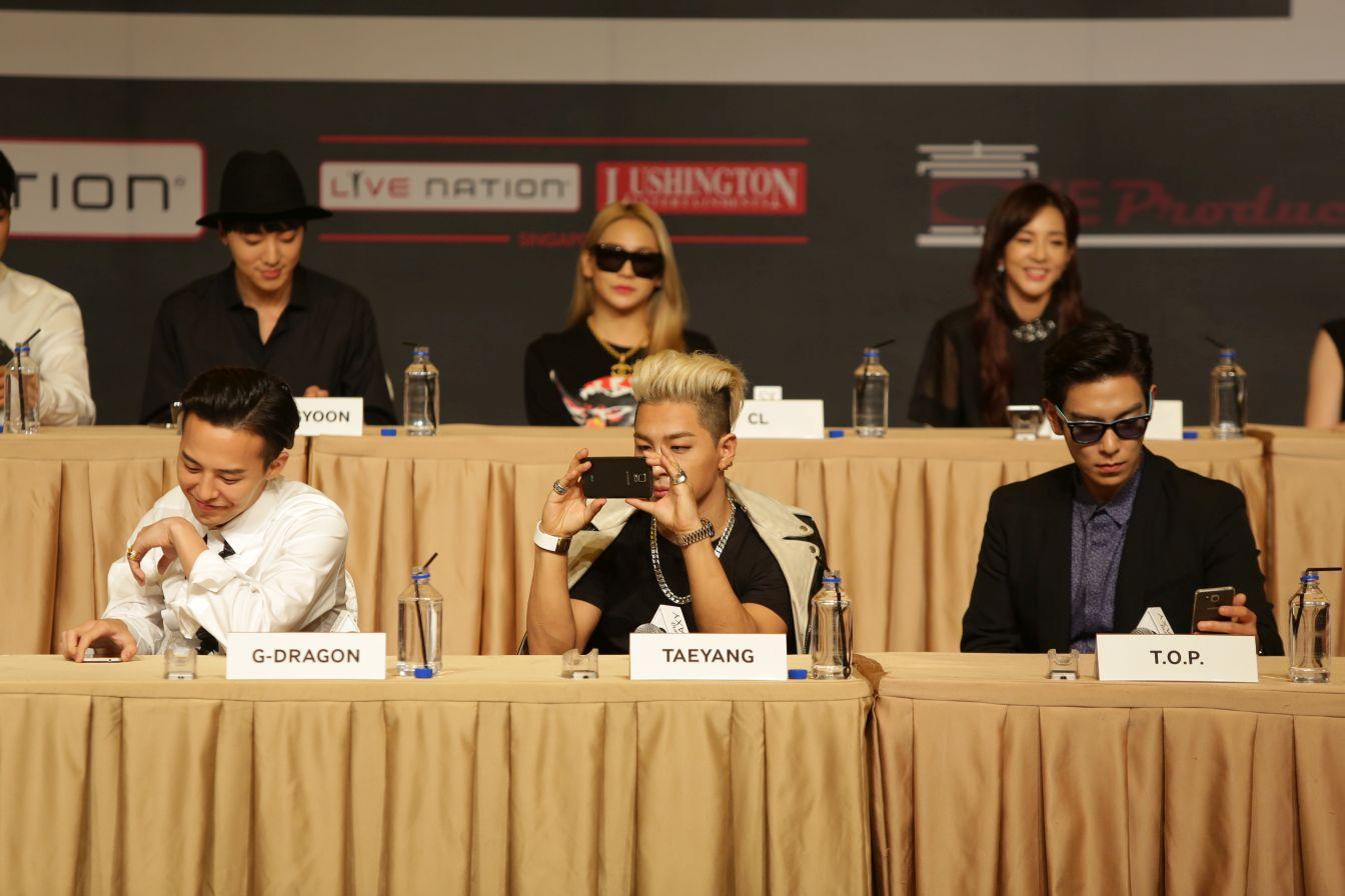 Members of BIGBANG playing around with the latest Samsung smartphones